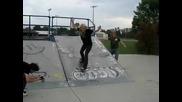 Момиче се пребива със скейтборд ! - смях