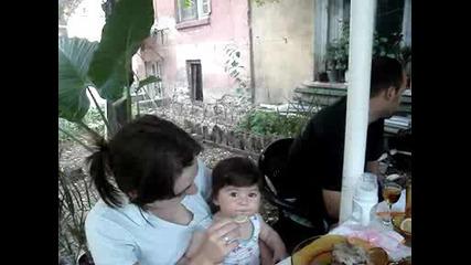 дете яде за първи път лимон