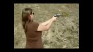 Смях момичета стрелят с оръжия