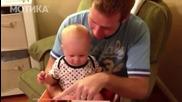 Реакция на бебе когато разглежда книга