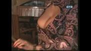 Жена разсейва мъжете с гърдите си