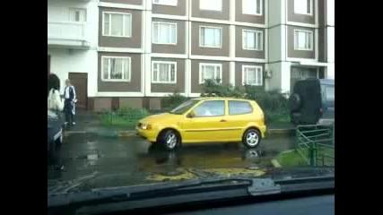 Освен жена, не знам кой друг паркира така ! (смях)
