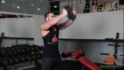 Повдигане на един дъмбел с две ръце /предно рамо и горна част гърди/