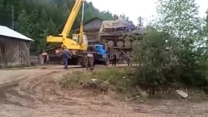 Гледайте как Не се мести танк с кран! Майсторлък с щети за много пари!