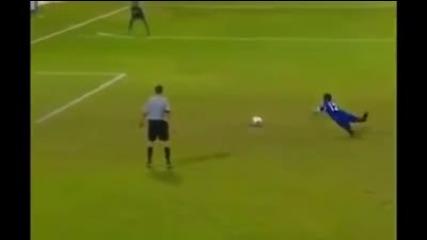 Футболист се спъва при изпълнение на дузпа