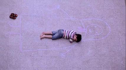 Момче рисува починалата си майка и заспива в нейните прегръдки