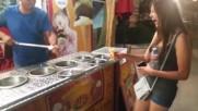 Весел продавач на сладолед направо побърква младо момиче! Гледайте какво прави!