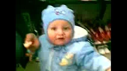 бебе което яде портокал прави смешни мутри...хахаха
