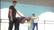 Момиче флиртува с момче пред гаджето си