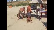 Ядосан татко хвърля лап топ в морето