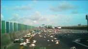 Дъжд от пилета на магистралата