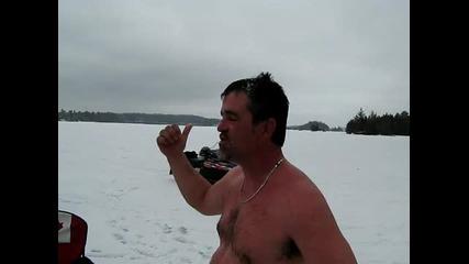 Лудак се гмурка под ледовете в Канада