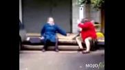 Бой На Две Стари Баби ..