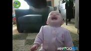 Това бебе ще ви скъса от смях