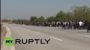 Турция: Стотици бежанци тръгнаха по магистралата към Гръцката граница