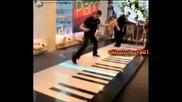 !!! изпълнение на двама артисти - свирят на пияно с крака