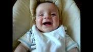 Внимание! Бебе със заразен смях! :d