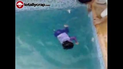 Баща бута малко дете в басейн!