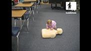 Бебе показва как се спасява човек с дишане уста в уста