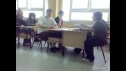 Ученик дразни свой съученик ама друг го отнася :d