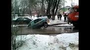 Ето как не се дърпа кола пропаднала в дупка с вода!