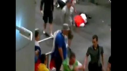 Започна се! Ултраси от Русия пребиха полски стюарди! *08.06.2012г.*