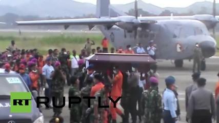Индонезия: Останките на загиналите от самолетната катастрофа в Попуа бяха пренесени в столицата