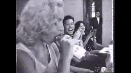 Мадона Прави Свирка На Шише!