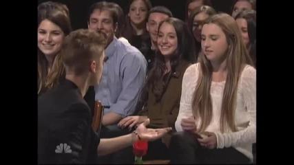 Джъстин флиртува с момичетата от публиката , като им подарява рози и открива Saturday Night