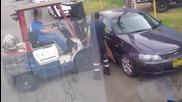 Разочаровани работници местят неправилно паркирана кола!