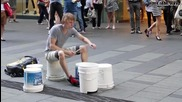Уличен музикант свири на кутии