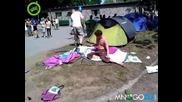 Пияни сглобяват палатка много смях