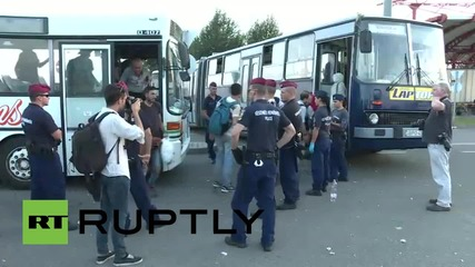 Hungary: Hundreds of refugees board buses bound for Osijek, Croatia