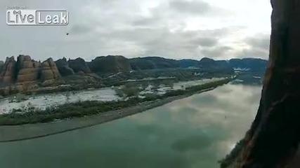Скок с парашут от скала се обърква !