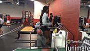 Лекоатлетка прави зашеметяваща загравка с главоломна скорост на бягаща пътека в зала !