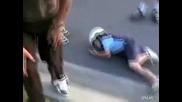 Хлапе се разбива докато се прави на байкар