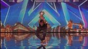Момчето каучук изумява жури и публика в Британия търси таланти 2015