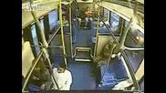 Дебелана се пребива при рязко спиране на автобус