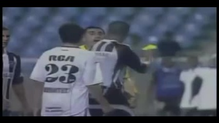 футболист дава жълт картон на садията - football player gives a yellow card the referee