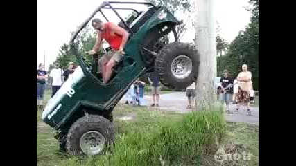 Jeep Willys срещу телефонен стълб