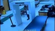 Затворник избяга през предната врата