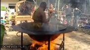 Монах в Тайланд медитира в горещо масло ..