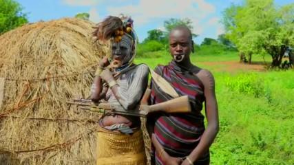На посещение при племето мурси, трябва да се ходи с гид и охрана (