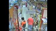 Камера заснема ловък малолетен крадец в супермаркета