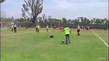 Малко момиче забито от футболна топка