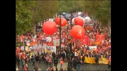 Десетки хиляди британци протестираха в Лондон срещу орязването на плащанията в публичния сектор
