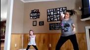 Бременна майка и очарователната и дъщеря танцуват