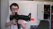Хлапе унищожава монитор с еърсофт пистолет