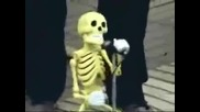 Скелет пее сръбско и играе кючек.