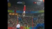Състезател по гимнастика прави съчетание на Олимпиадата в Пекин 2008